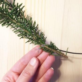 on sécurise les branches de sapin avec du fil de fer