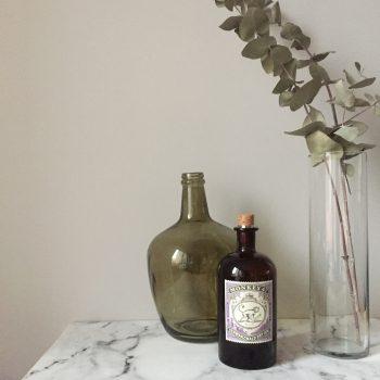 déco avec bouteilles en verre brun apothicaire