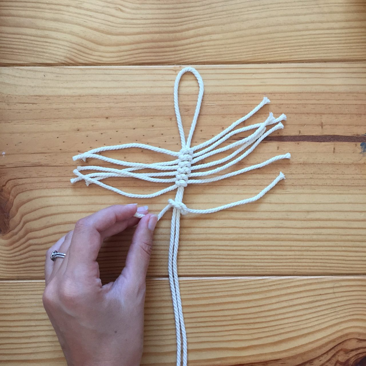diy 65 une plume boh me en macram pierre papier ciseaux. Black Bedroom Furniture Sets. Home Design Ideas