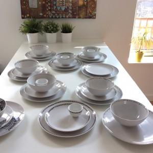 vaisselle peinte a la main, motifs géométriques noirs et blancs