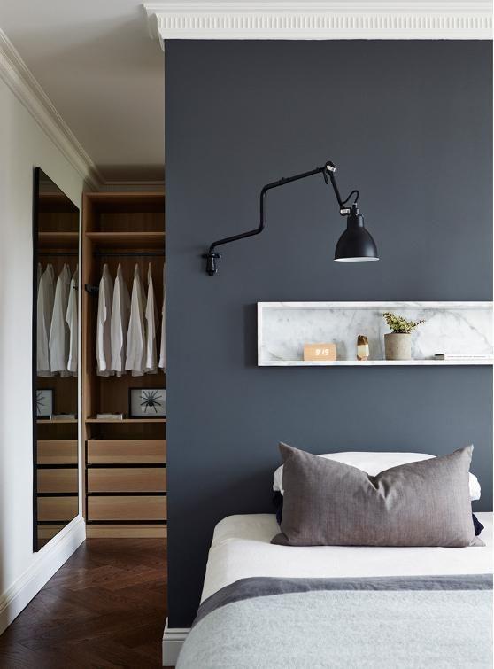une chambre moderne et chaleureuse
