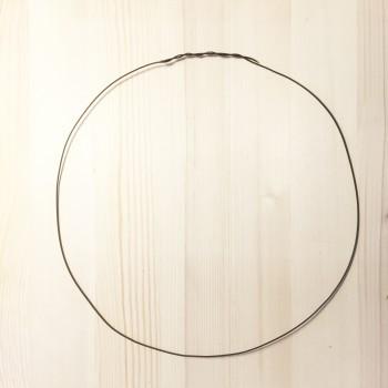 on forme un cercle en fil de fer pour la couronne en sapin