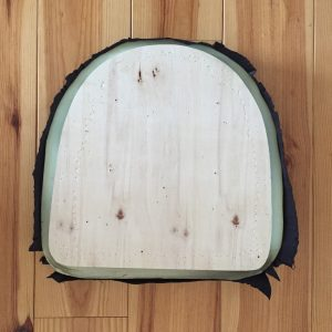 rénover une chaise en changeant le tissu de l'assise