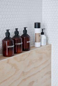 déco avec bouteilles en verre brun apothicaire salle de bain
