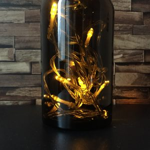 déco avec bouteilles en verre brun apothicaire luminaire lampe