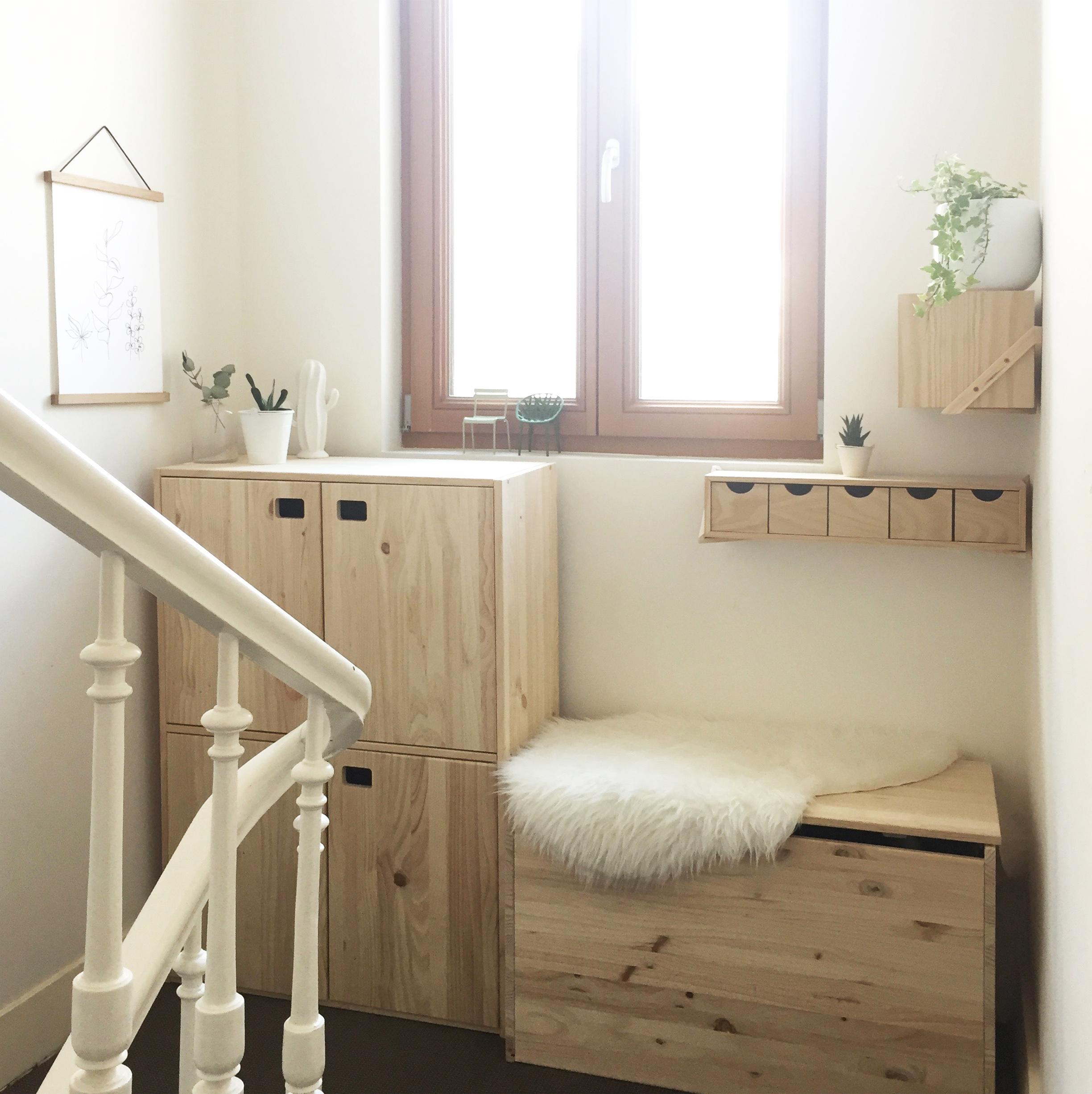 Comment Aménager Son Hall D Entrée avant-après : palier d'escalier lumineux |